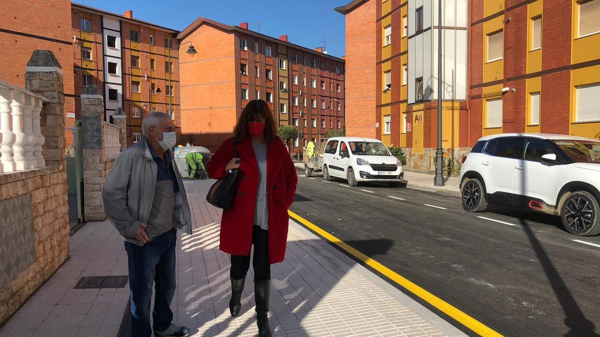 Dolores Patón y Esteban Calleja en la calle Bélgica, ya terminada.