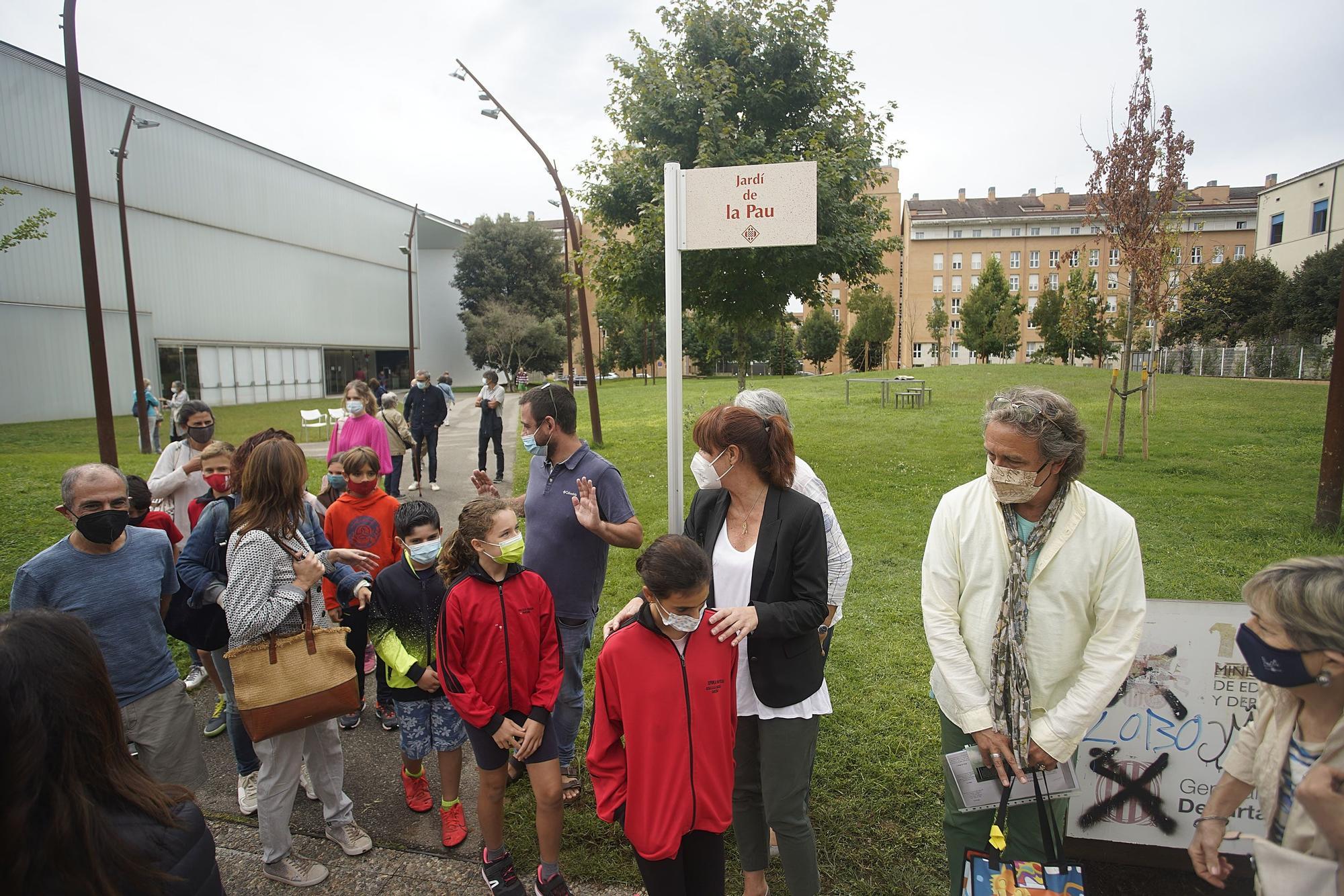 L'espai verd davant la Biblioteca Carles Rahola és batejat com «Jardí de la Pau»
