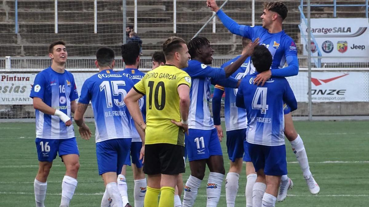 Els jugadors del Figueres celebrant el triomf contra el Muntanyesa.