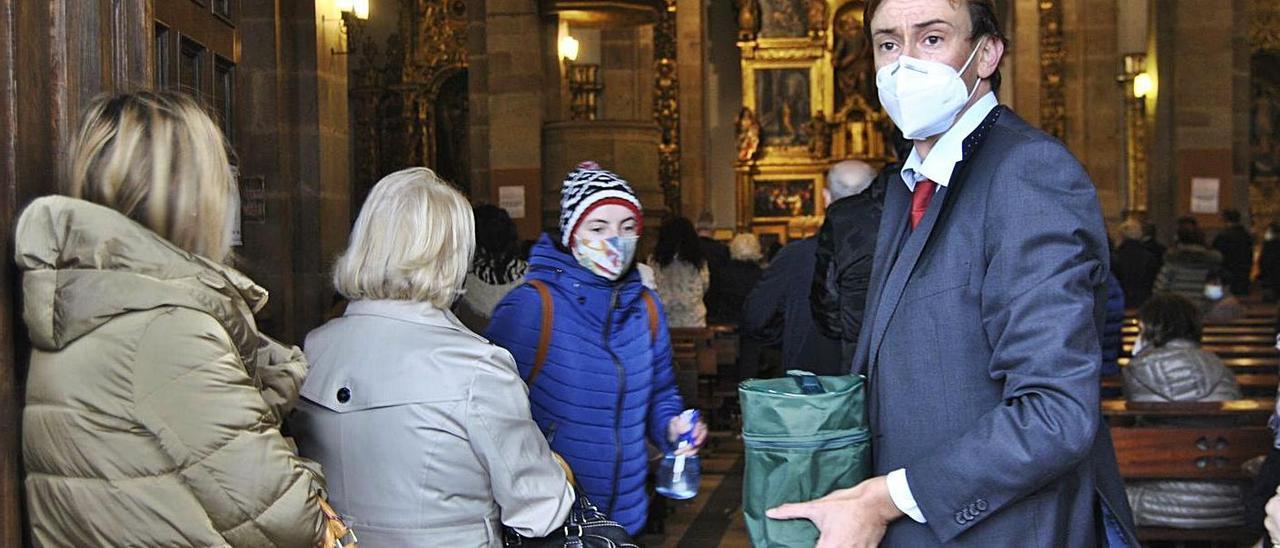 A la derecha, Pablo Pérez, edil de Noreña y trabajador de la funeraria, portando la urna con las cenizas del fallecido.