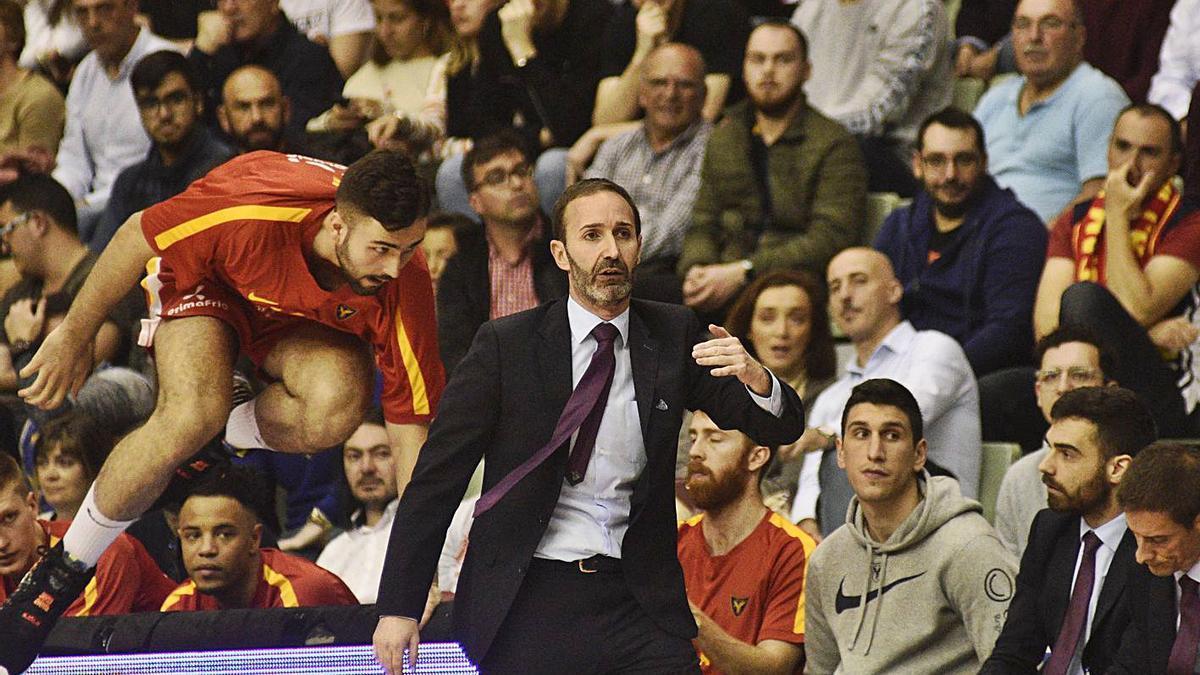 El pívot Emanuel Cate y Sito Alonso en el último partido con público en el Palacio.  | ISRAEL SÁNCHEZ