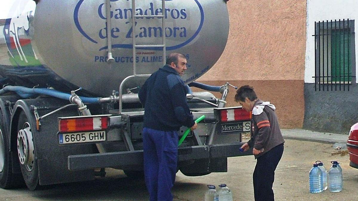 Un camión cisterna abastece a vecinos de Valdefinjas durante una prohibición anterior de consumir agua.   M. J. C.