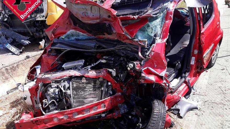Una conductora, herida de gravedad al chocar su coche y un camión en la carretera de El Verger a Pego