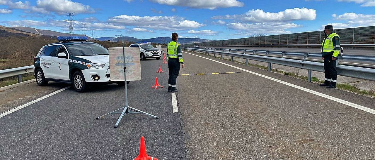 Control de la Guardia Civil en Ourense. |   // FERNANDO CASANOVA
