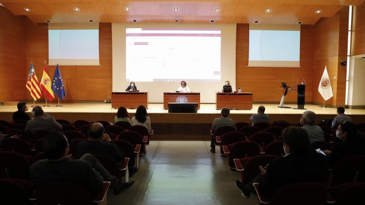 Salón de actos del rectorado, durante el escrutinio telemático, esta tarde.