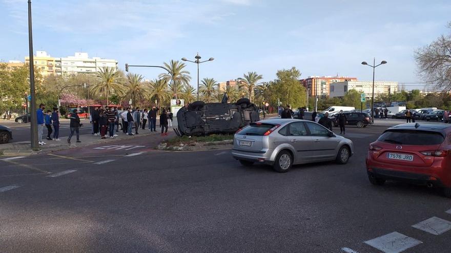 Las imágenes del accidente entre un turismo y un coche de la Policía Nacional en València