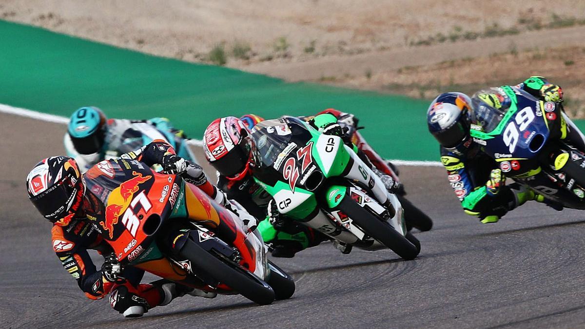 Pedro Acosta intentando ganar posiciones antes de sufrir una caída que le obligó a abandonar en Motorland.   KTM