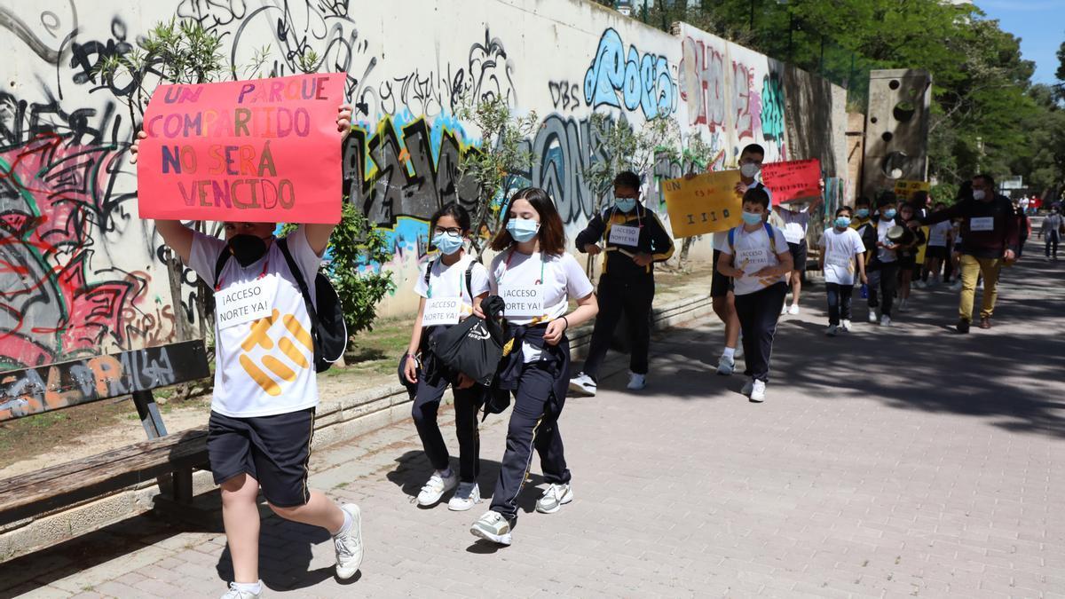 Los estudiantes del colegio de Nuestra Señora de la Merced portando las pancartas.
