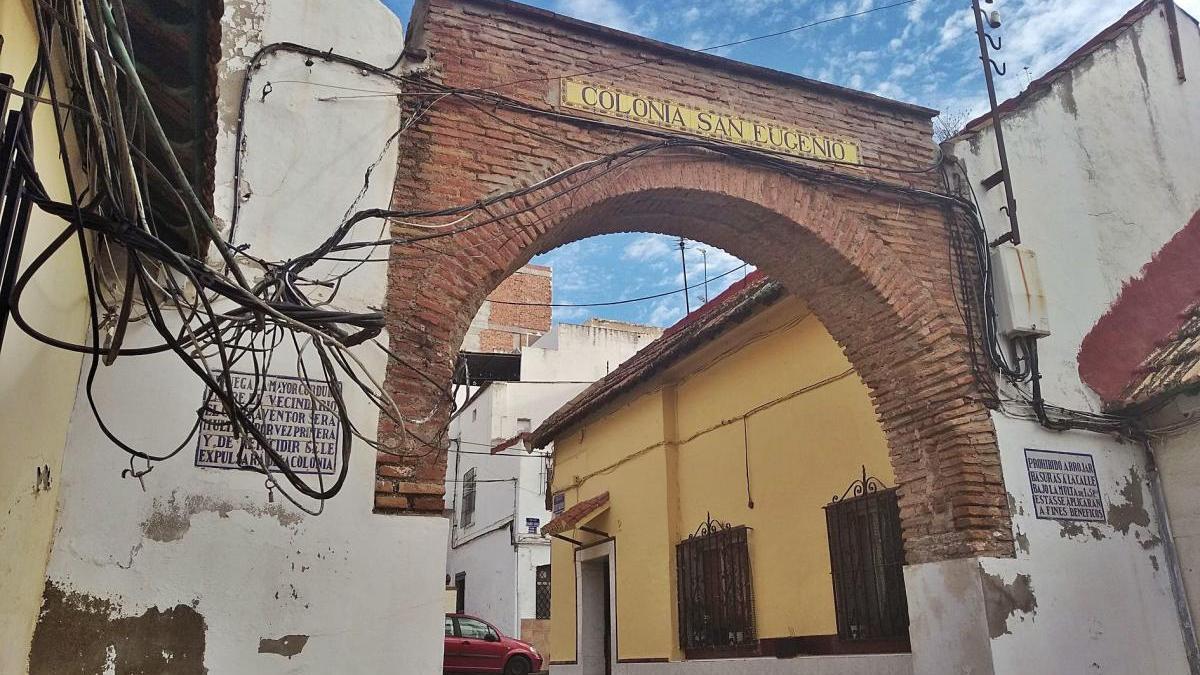 Este es el aspecto que el pasado lunes presentaba el arco que preside la Colonia de San Eugenio, en la calle Pacheco Maldonado, pese a que la zona está catalogada en el PGOU como una colonia tradicional popular.