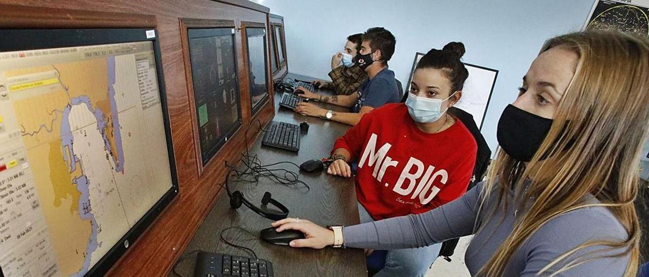 Alumnos en un aula de simulación de la FP del Mar. | Ángel González