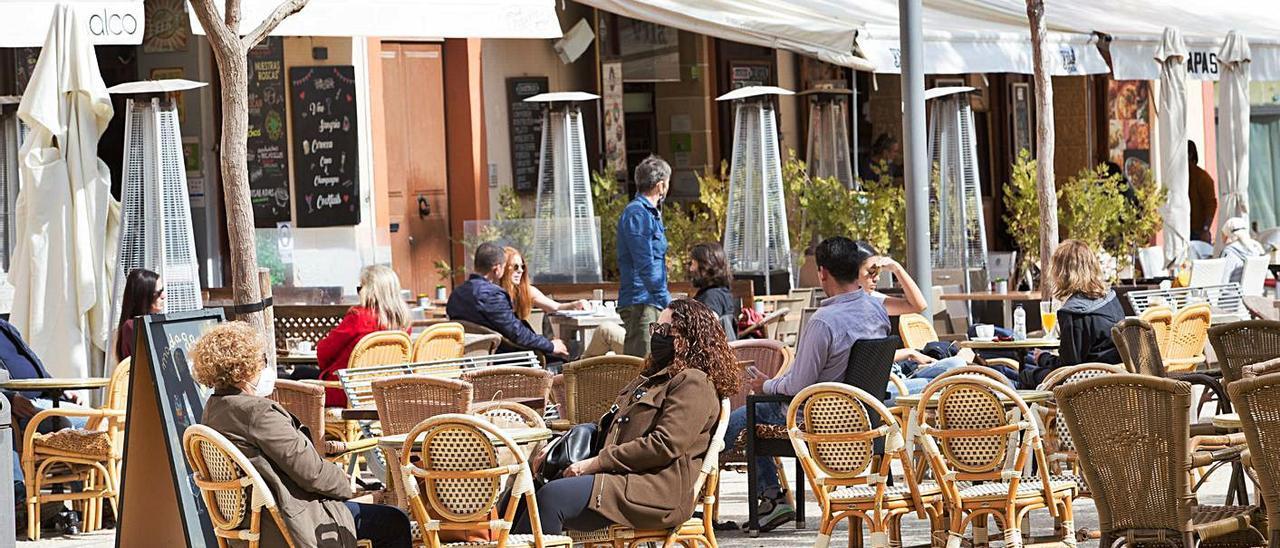 Una terraza de un bar en la plaza del Parque de la ciudad de Eivissa. | VICENT MARÍ