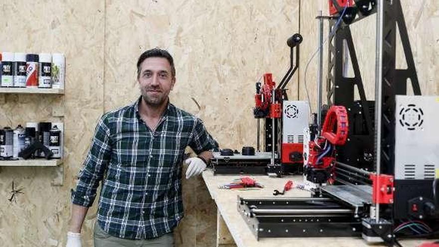 Una empresa de Tremañes imprime en 3D viseras de protección para policías