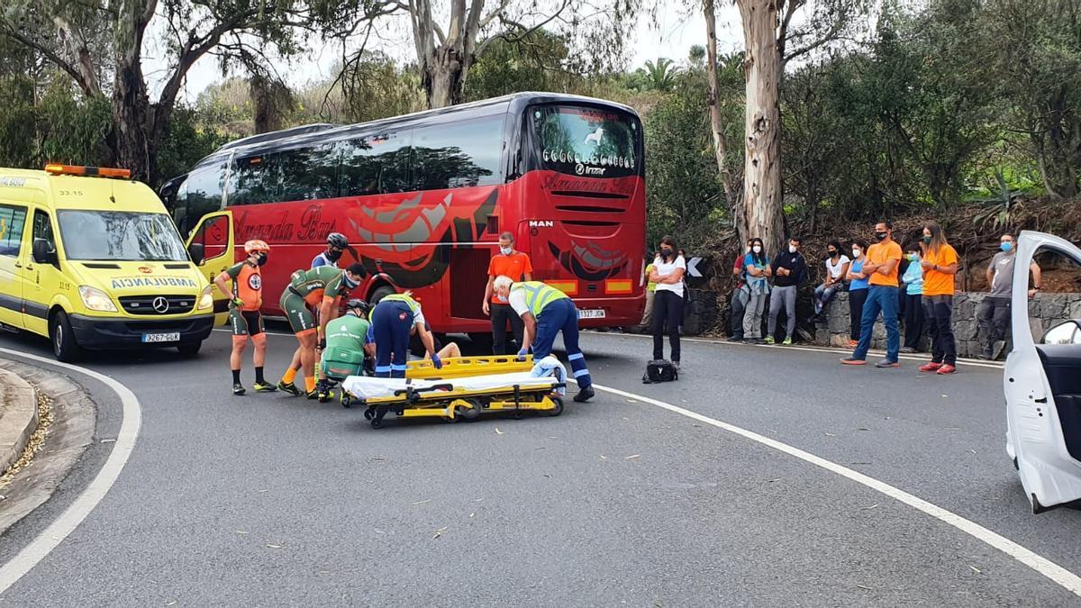 Un ciclista herido en Gran Canaria tras colisionar con una guagua