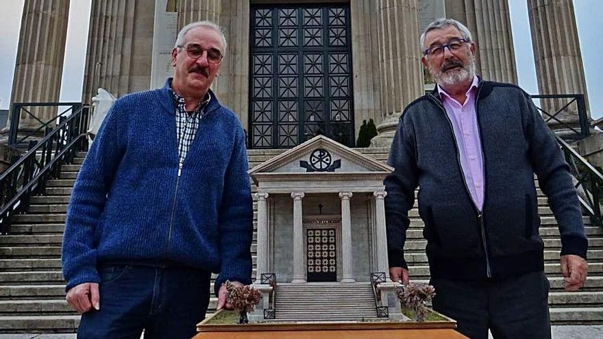 González y Monseñor Cuevas, con la maqueta de La Soledad.   | // FDV