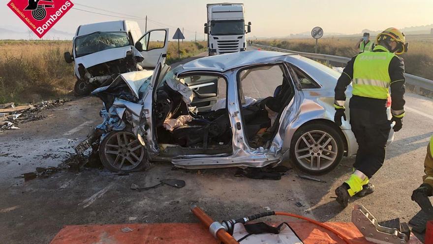 Dos fallecidos y cuatro heridos en un accidente de tráfico en la carretera de Pinoso-Monóvar