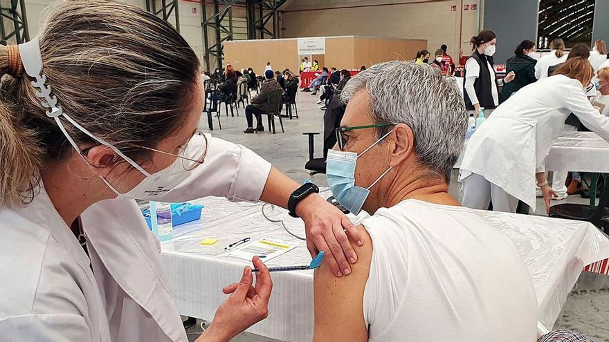 """Un error informático deriva en la vacunación en Vigo de un grupo de personas al que """"aún no le tocaba"""""""
