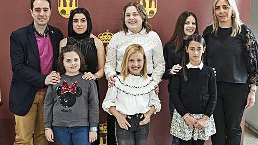 El alcalde Luciano Huerga y la concejal Patricia Martín con las representantes infantiles y juveniles de 2020.A. G.