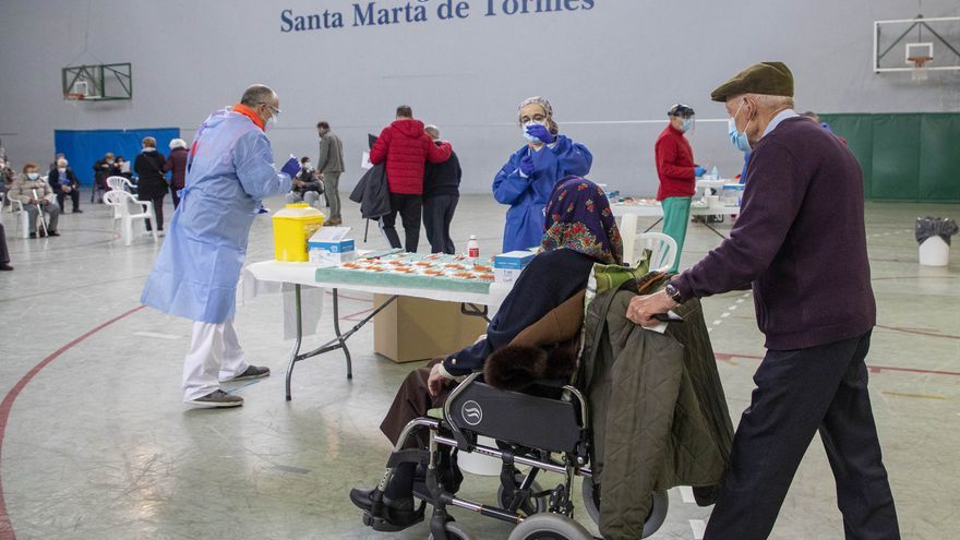 Sanidad retrocede y no retrasa la segunda dosis para vacunar a más personas