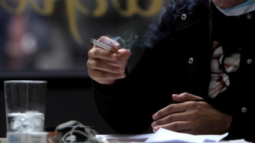 Canarias prohíbe fumar y obliga al uso de la mascarilla en espacios abiertos