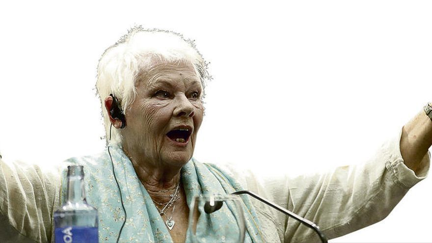 Judi Dench echa un capote a Spacey
