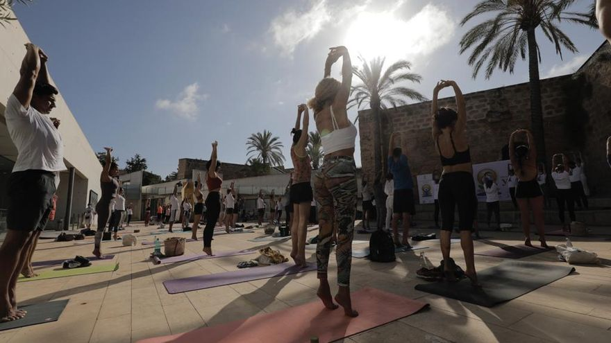 Un centenar de personas celebra el Día Mundial del Yoga en Es Baluard