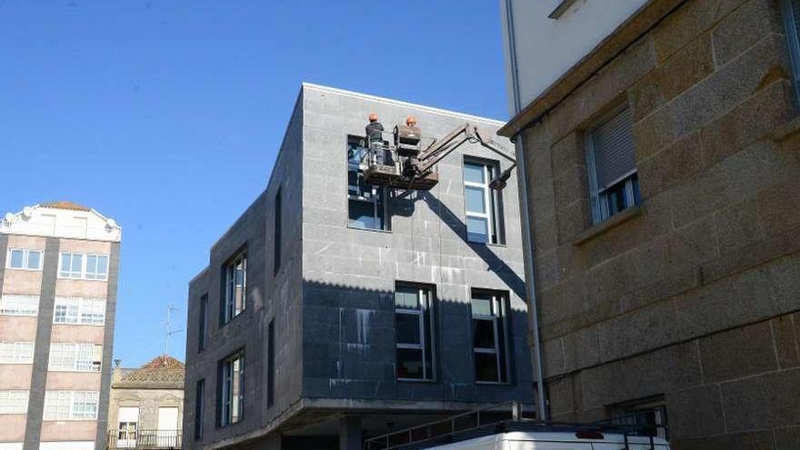 El Concello revisa la fachada del centro social por riesgo de caída de varias losetas
