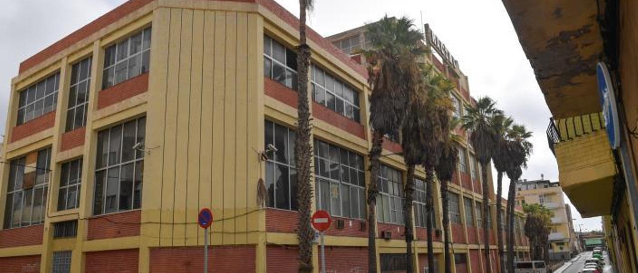 Edificio de la vieja fábrica de aceite Racsa en La Isleta. | | JUAN CASTRO