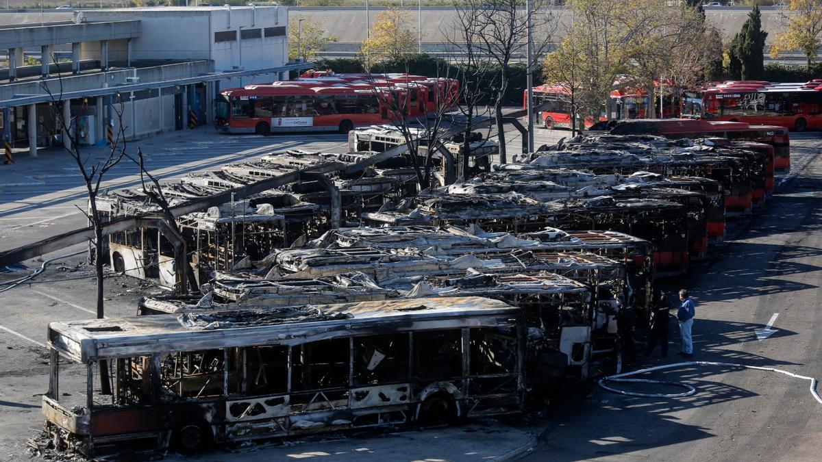 Los efectos del incendio en la EMT Valencia