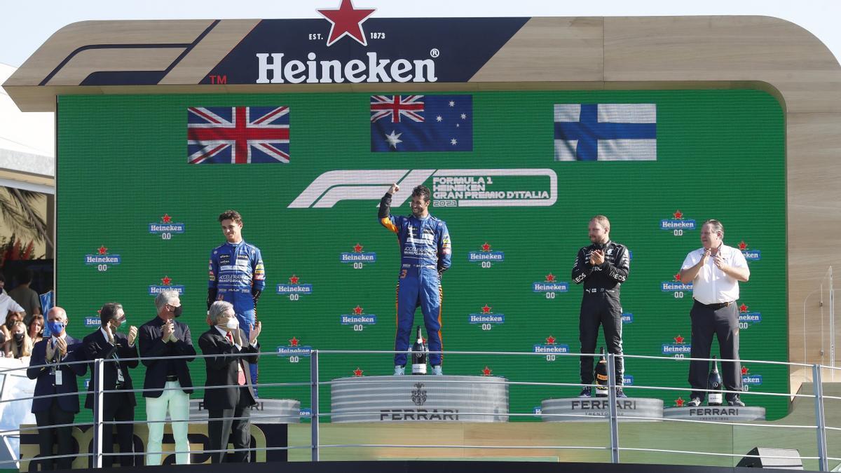 Ricciardo, en el podio junto a Norris y Bottas.