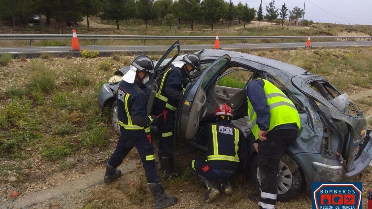 Heridos los ocupantes de un coche al chocar con la mediana en la autovía del Noroeste