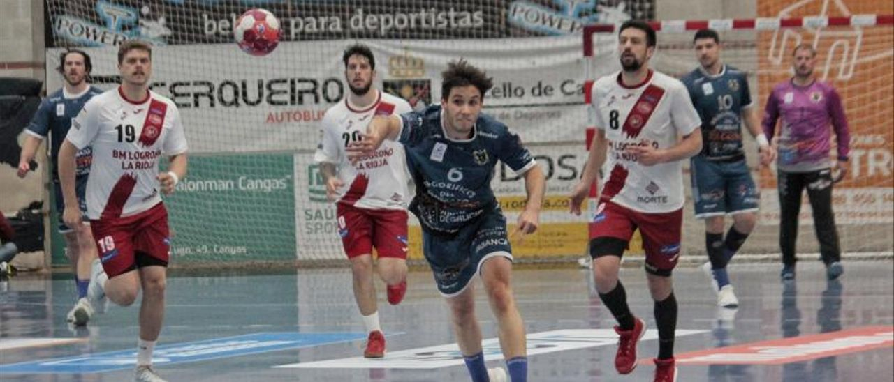 Dani Fernández lanza a puerta en el partido ante el Logroño La Rioja. |  // SANTOS ÁLVAREZ