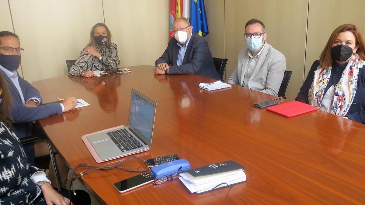 Reunión de miembros de Cs y PSOE para abordar temas de turismo.