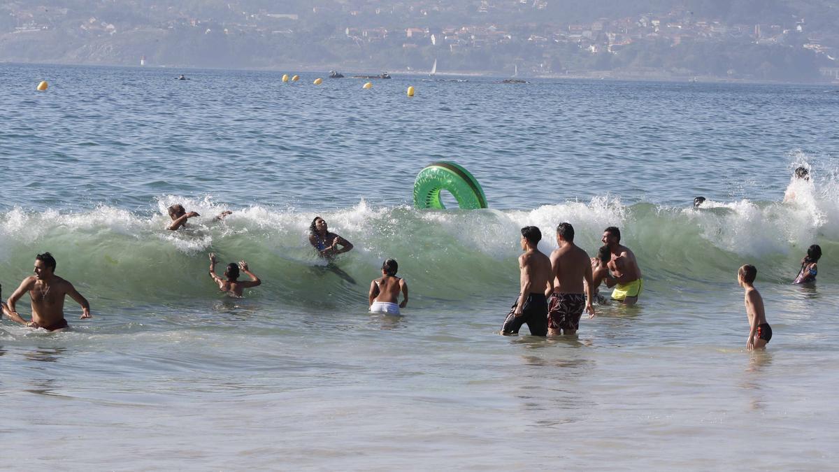 Los bañistas ya pueden volver al agua en el tramo del arenal Argazada de Samil después de recuperar sus valores normales.