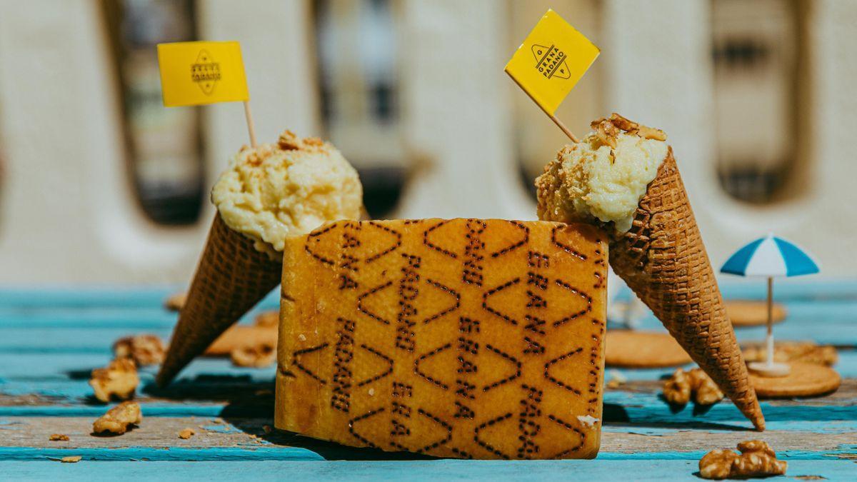Dos cucuruchos de la ruta del helado artesanal de queso grana padano.