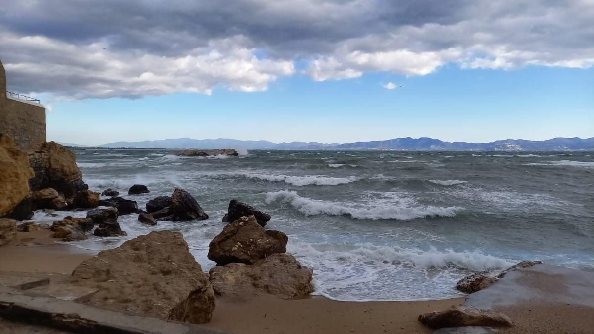 L'estat de la mar aquest dimecres, 7 d'abril, al matí, a l'Escala.