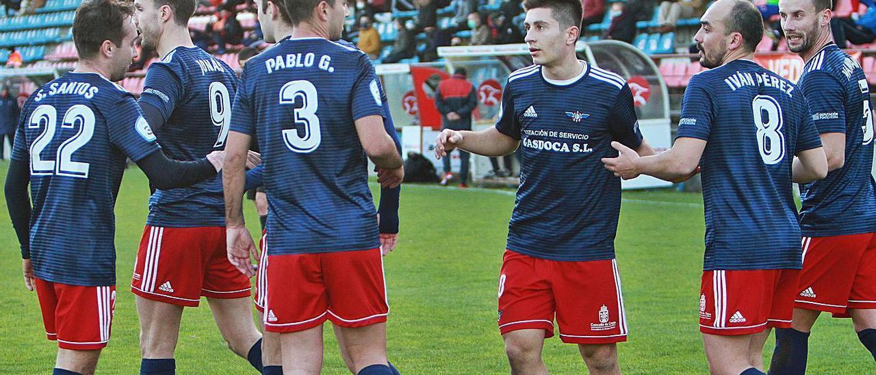 Jugadores del Alondras celebran uno de los goles anotados ante la UD Ourense. |  // IÑAKI OSORIO
