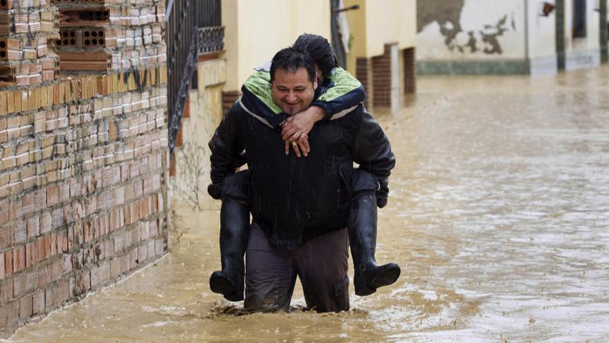 Rescatan a nado a una familia con 9 niños en Alhaurín
