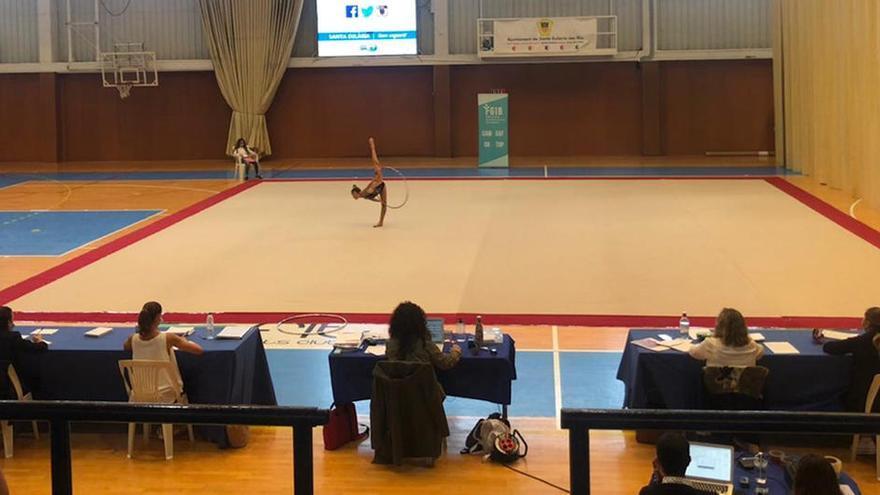 Diecisiete gimnastas exhiben su nivel en el pabellón de Santa Eulària