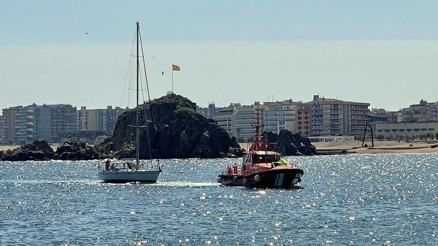 Rescaten una embarcació amb problemes a Sa Forcanera de Blanes