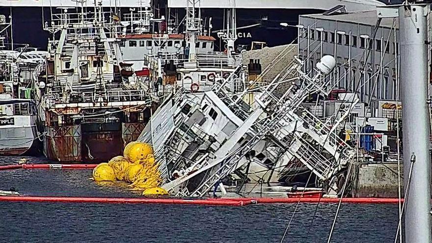 La retirada del combustible da paso al reflotamiento efectivo del buque que ardió en Bouzas