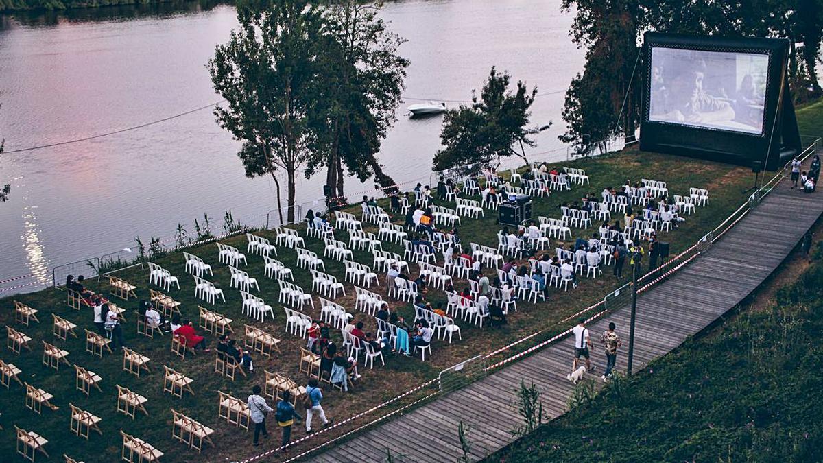Vuelve el cine al aire libre al paseo fluvial tudense