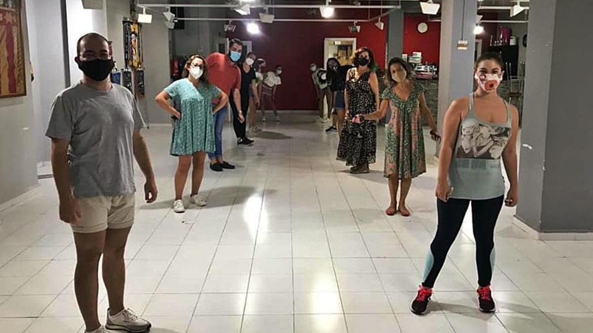 Un grupo de falleros de García Lorca-Oltá ensaya jotas en el casal manteniendo la distancia.