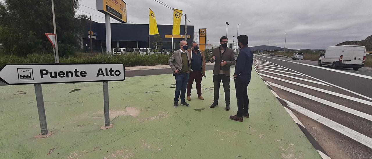 El diputado Javier Gutiérrez, los ediles José Aix y Ángel Noguera y el empresario Cosme Javaloyes, el 9 de abril en la entrada al polígono.   INFORMACIÓN