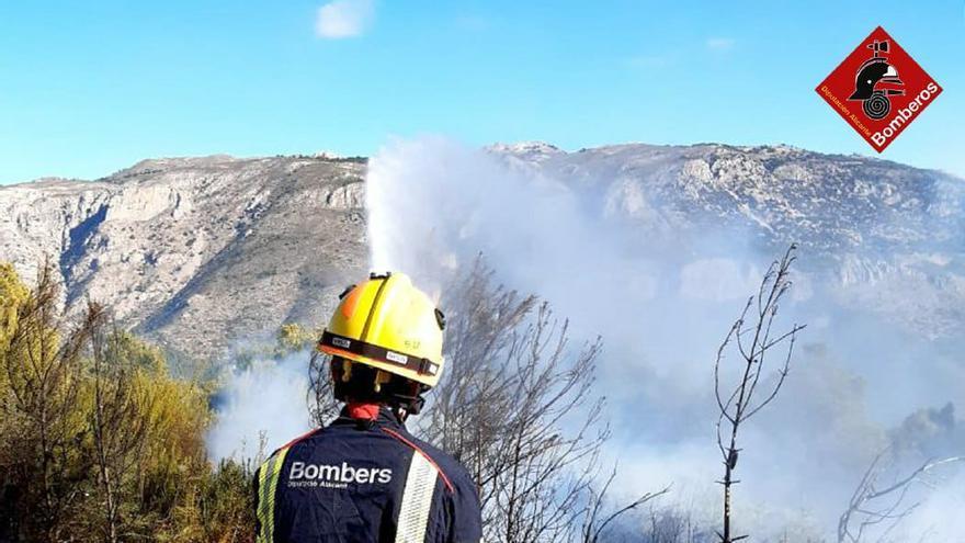 Los bomberos extinguen un incendio forestal en Benimantell