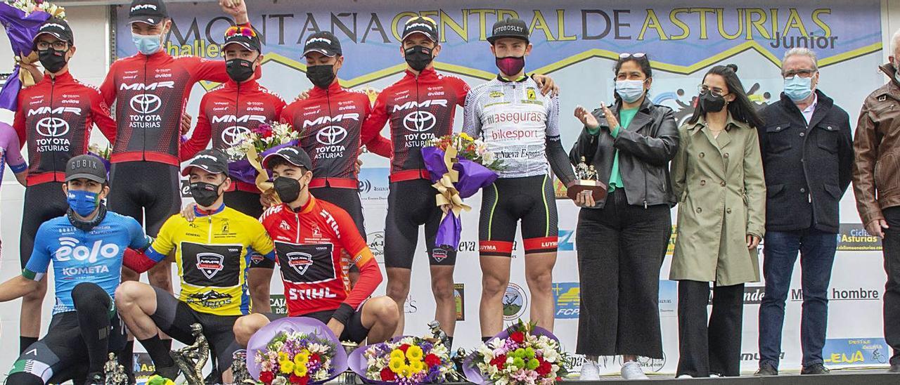 Corredores premiados, autoridades y patrocinadores posan en el podio al término de la Vuelta.   Roberto Menéndez