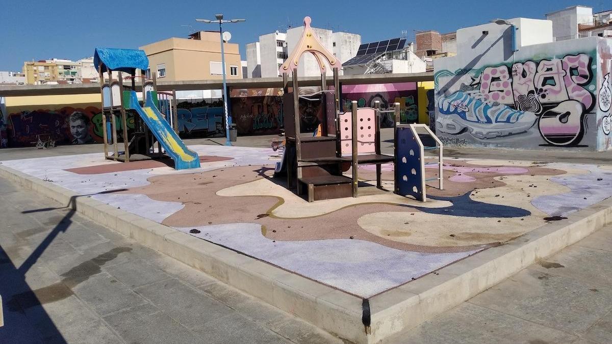 La foto, tomada poco antes del confinamiento, nos muestra un inquietante parque infantil en la plaza que hay sobre el aparcamiento del mercado del Bailén.
