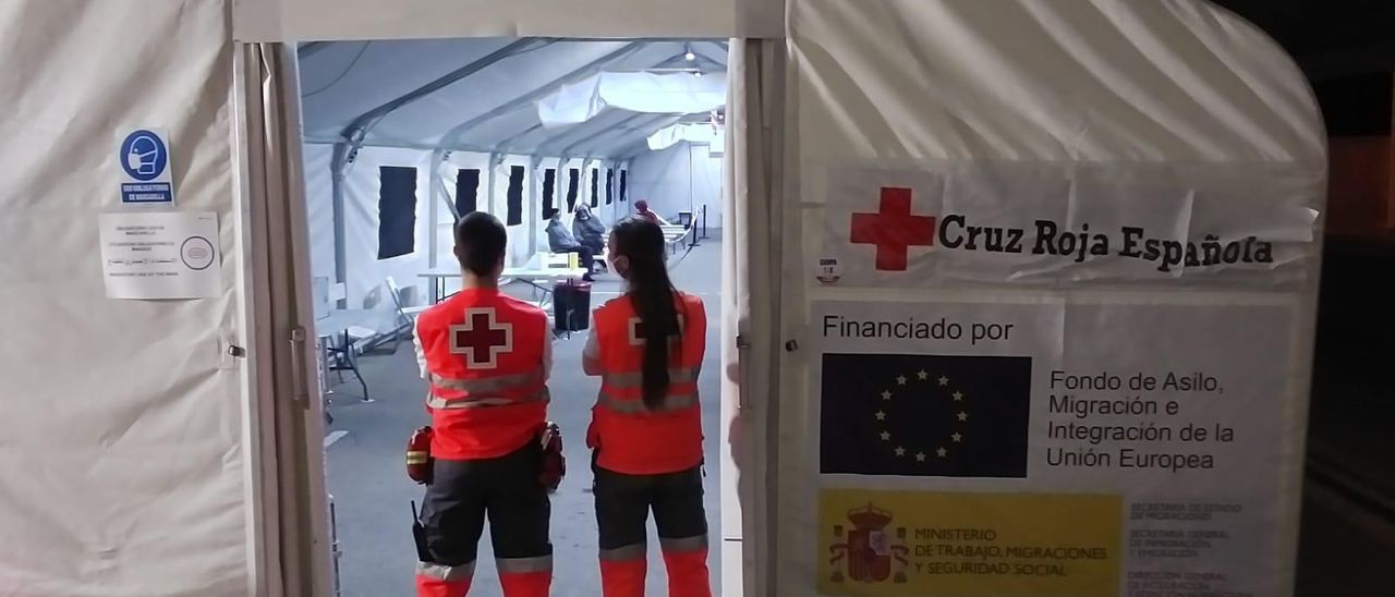 Efectivos de la Cruz Roja en el puerto de Alicante
