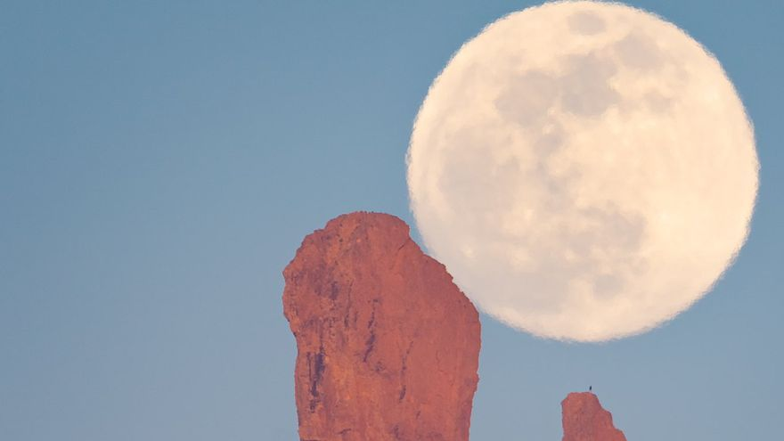 Espectacular foto de la luna 'casi llena' con el Roque Nublo