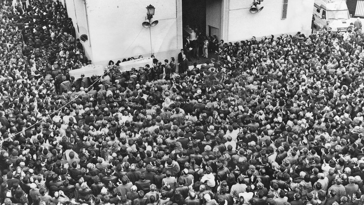 Al entierro de Míriam, Toñi y Desirée asistieron más de 30.000 personas.