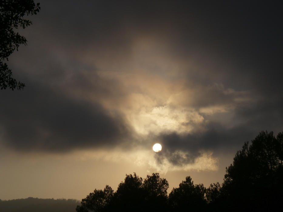Moianès. La primavera és l'estació en què guanyem una hora de claror, però igualment arriba la nit i ens deixa imatges com aquesta: la lluna comença a sortir i ja arriba la negra nit.